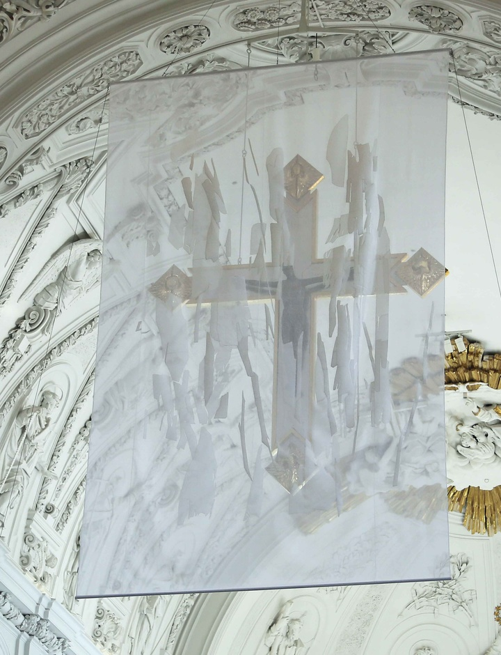 Verhülltes Kreuz zur Fastenzeit im Würzburger Dom