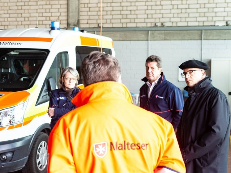 Rettungsdienstleiter Manfred Kirst erläuterte Bischof Dr. Franz Jung (rechts) die Funktion der Gerätehalle.