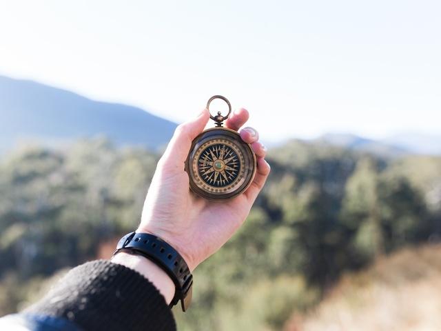 Hand mit Kompass