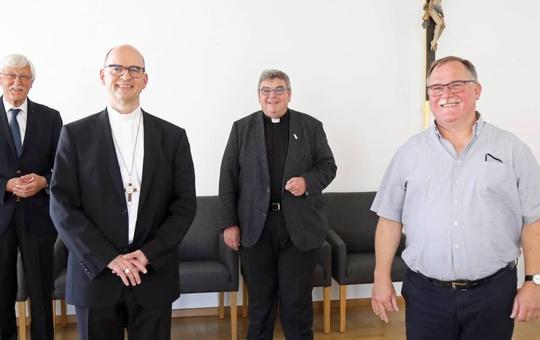 Bischof Franz Jung gemeinsam mit Vertretern des Bonifatiuswerks im Bischofshaus.