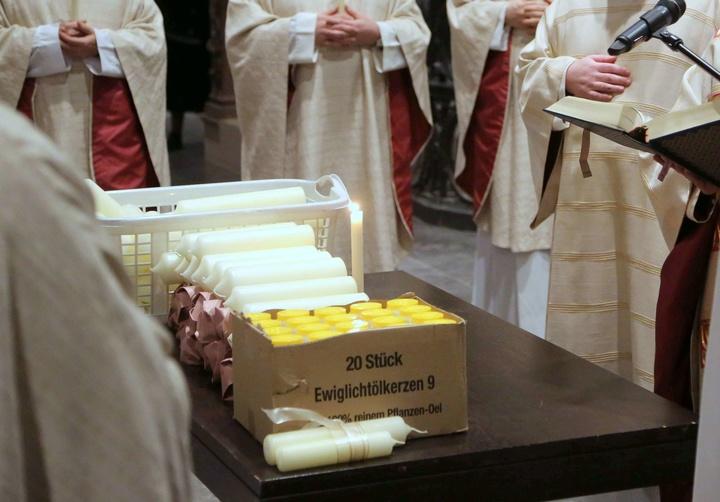 Bischof Friedhelm Hofmann segnet Kerzen zu Mariä Lichtmess