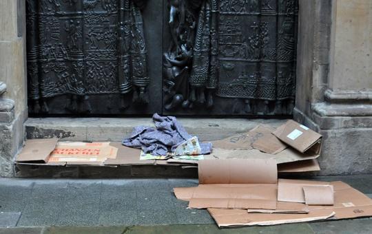 Ein Obdachlosenschlafplatz aus Karton.