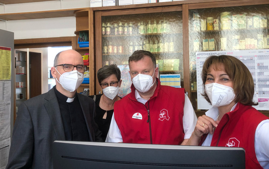 Bischof Franz Jung besucht Würzburger Hof-Apotheke