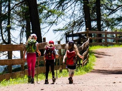 Drei Mädchen im Wanderurlaub