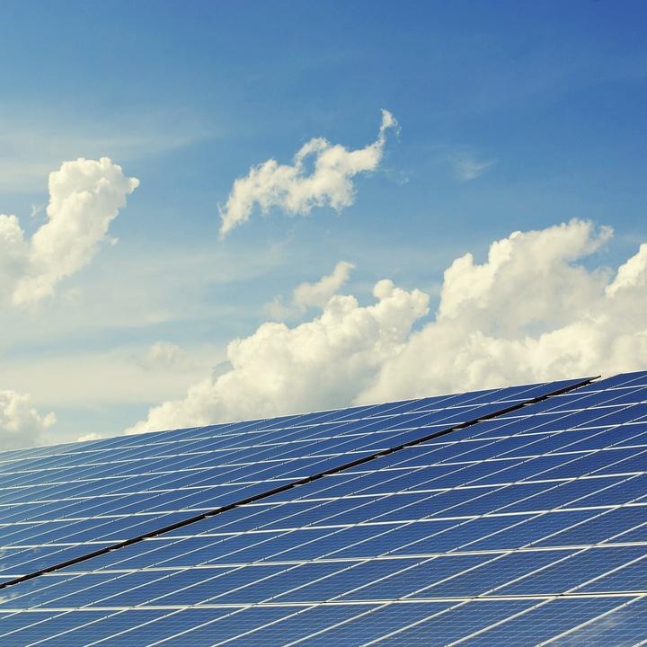 Photovoltaik-Anlage und Himmel