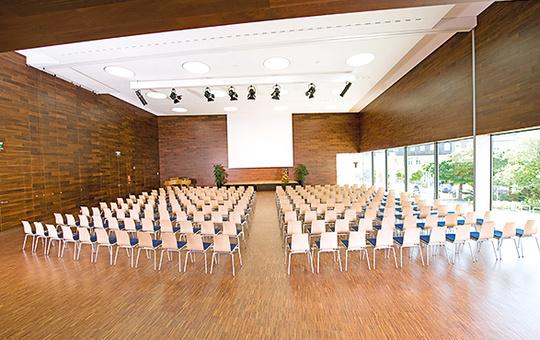 Großer Saal für Tagung bestuhlt