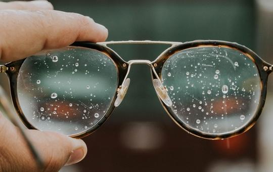 Brille mit Wassertropfen