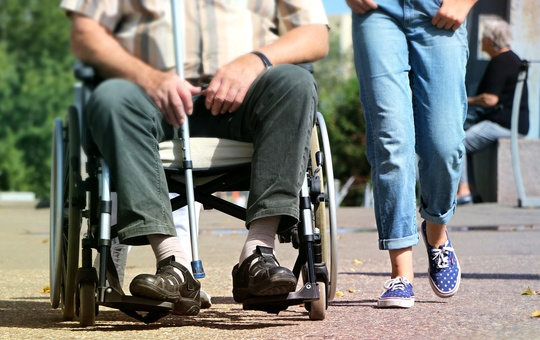 Mann im Rollstuhl.