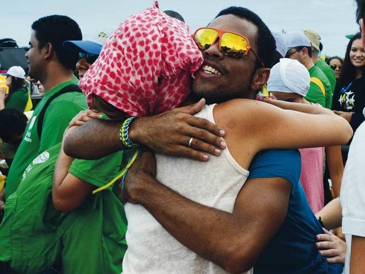 Ein Mann und eine Frau umarmen sich.