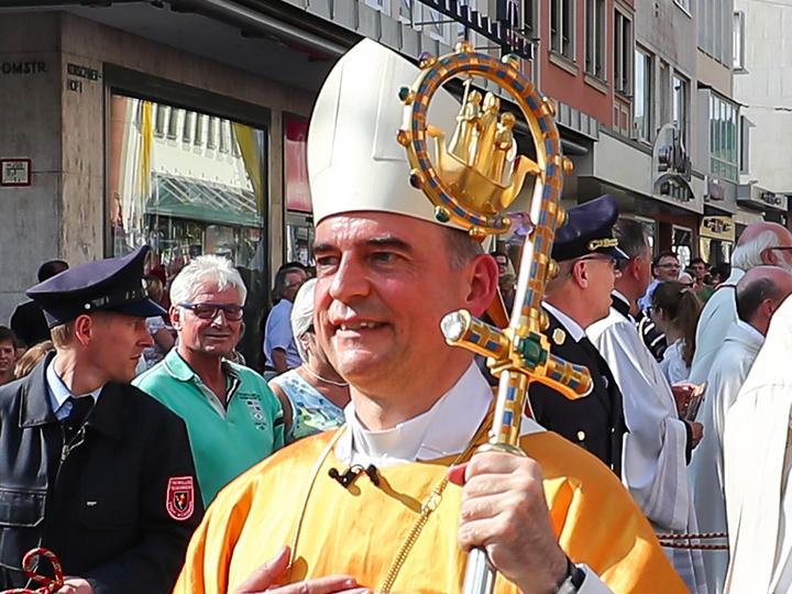 Bischof Jung nach seiner Weihe