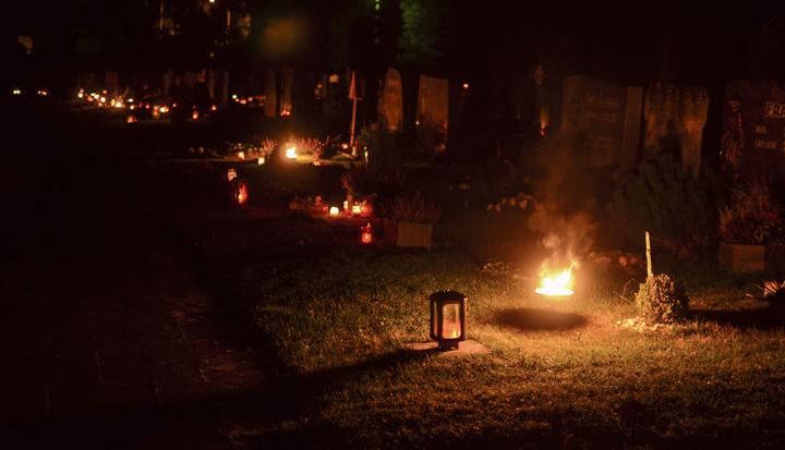 Feuer und Licht auf Gräbern zu Allerheiligen