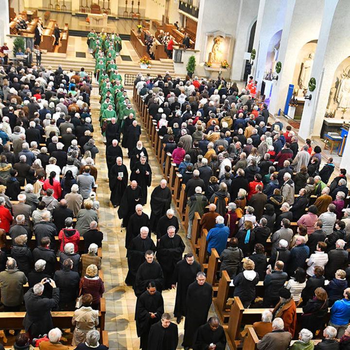 Auszug der Benediktinermönche nach einem Gottesdienst in der Abteikirche Münsterschwarzach