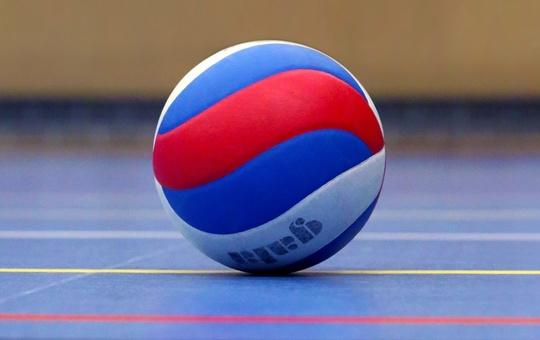 Volleyball in der Halle mit Netz