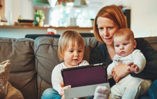 Symbolbild: Familie vor Tablet.