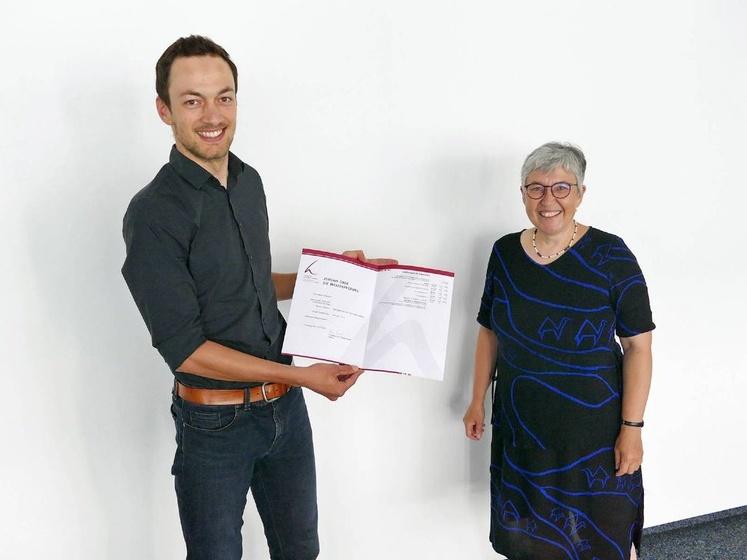 Marcus Marquart freut sich mit Rektorin Ursula Silber über den erfolgreichen Abschluss seines Masterstudiums.