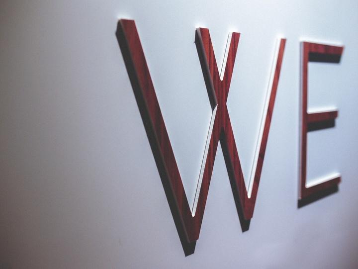 """Schriftzug """"WE"""" an der Wand"""