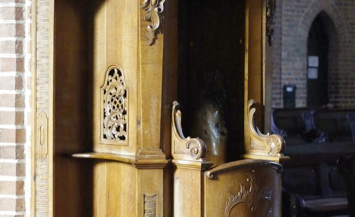 Ein Beichtstuhl in einer Kirche.