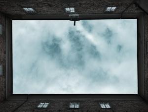 Himmel zwischen Hauswänden
