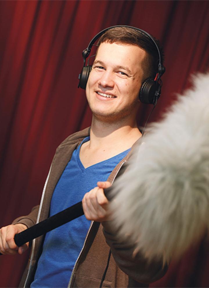 Mediengestalter mit Mikrofon
