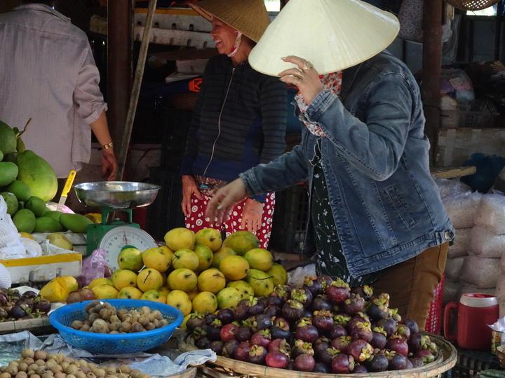 Marktfrauen in Asien verkaufen Früchte