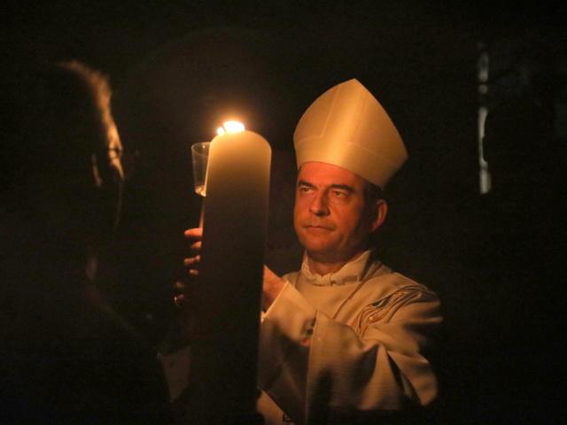 Bischof Franz Jung entzündet die Osterkerze.