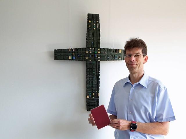 Wallfahrtsleiter Michael Seufert mit dem Wallfahrtsliederbuch der Würzburger Kreuzbergwallfahrer.