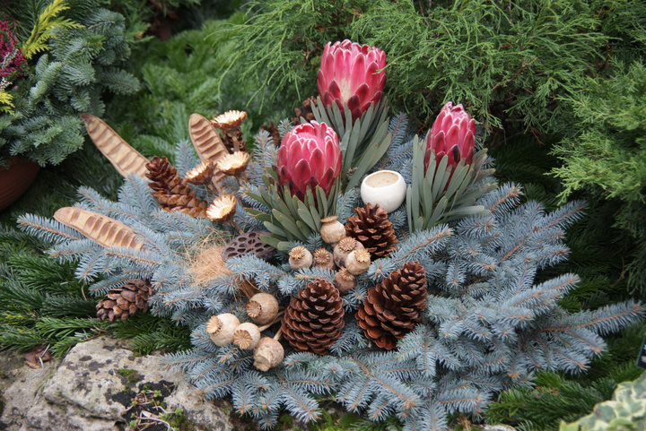 Blumengesteck auf einem Grab