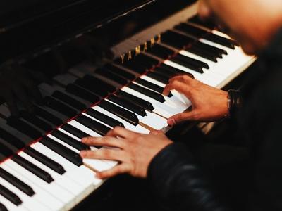 Ein Pianist spielt am Klavier