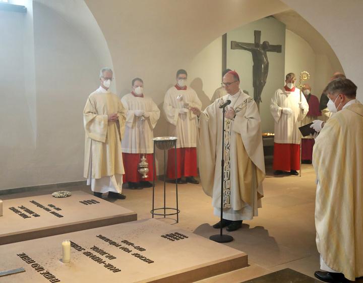 Am Grab von Bischof em. Dr. Paul-Werner Scheele