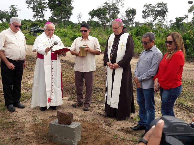 Erzbischof Giovanno d´Aniello (Dritter von links) und Bischof Bernardo Johannes Bahlmann (Dritter von rechts) legen den Grundstein der Kilianskapelle in Óbidos.