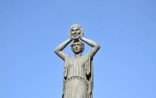 Statue einer griechischen Schauspielerin mit Maske