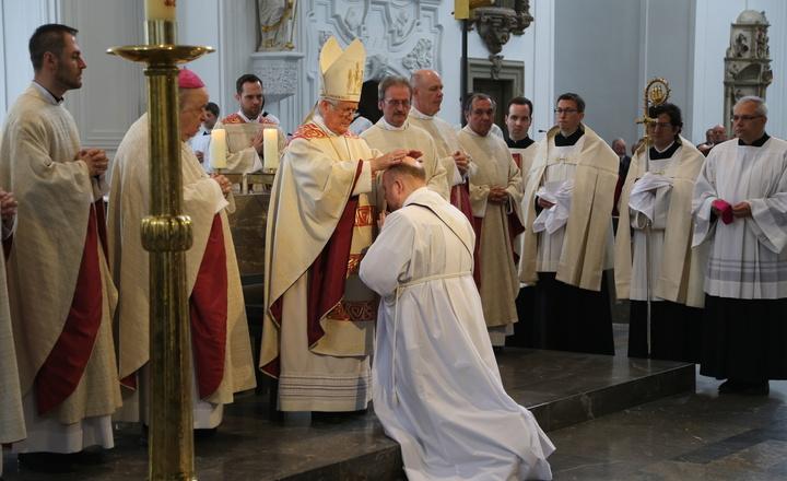 Bischof Friedhelm Hofmann spendet die Priesterweihe.