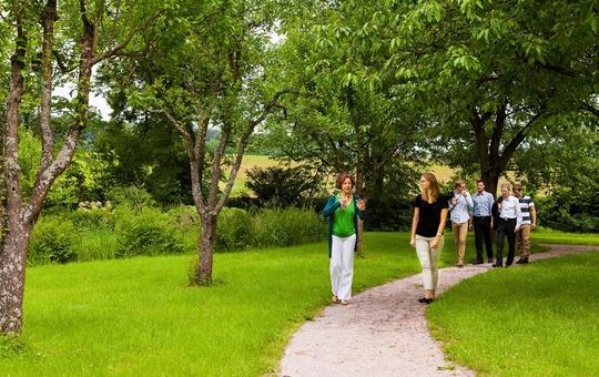 Wandern im Park des Tagungszentrums Schmerlenbach