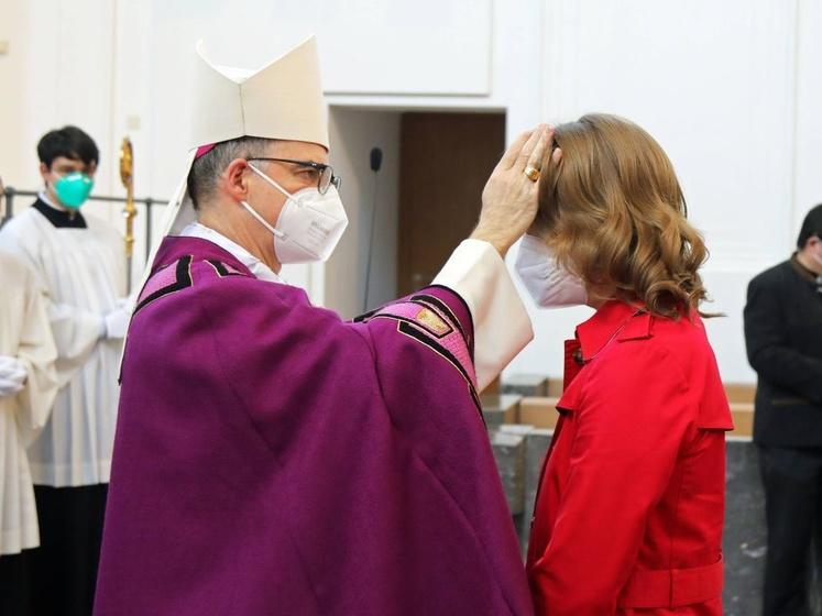 Bischof Franz Jung lässt sieben Erwachsene zu Taufe, Firmung und Eucharistie zu