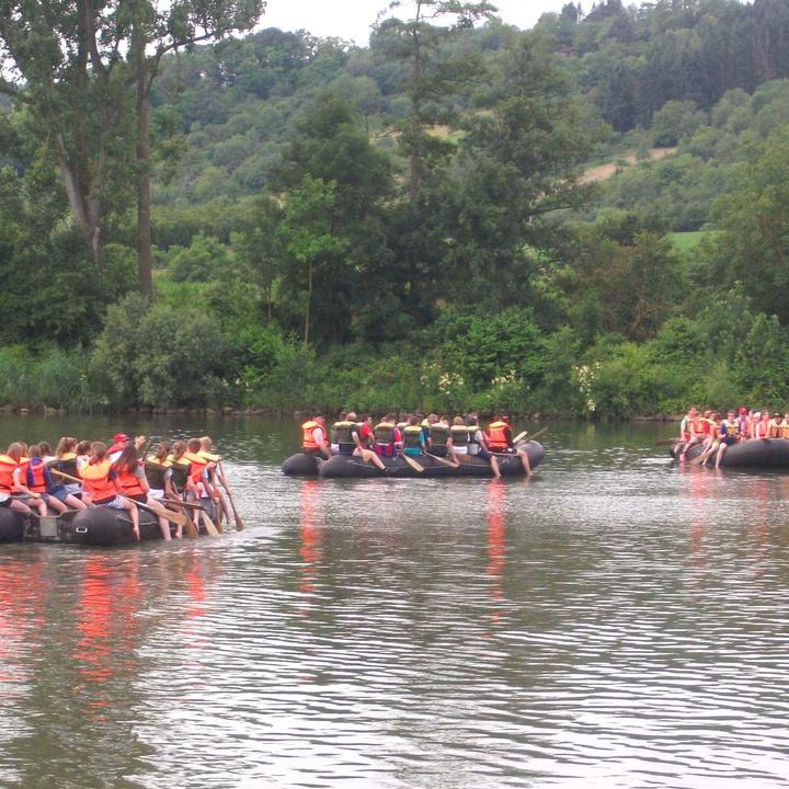 Jugendliche paddeln zum Kilianitag der Jugend auf dem Main.
