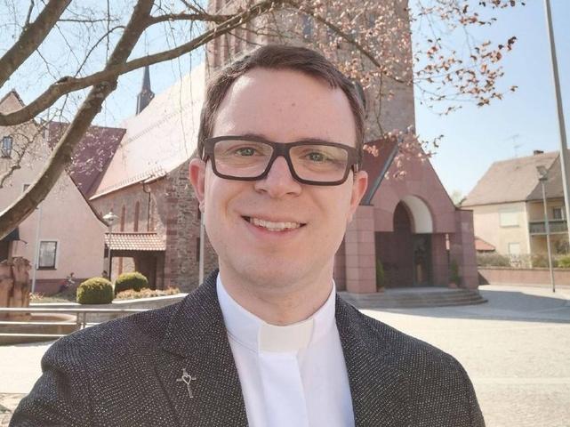 Diakon Bertram Ziegler im Frühjahr vor der Pfarrkirche St. Laurentius in Kleinostheim.