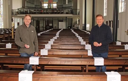 Pastoralreferent Holger Oberle-Wiesli (links) und Pfarrer Dr. Heinrich Skolucki vor den Namenszetteln in der Pfarrkirche in Elsenfeld.