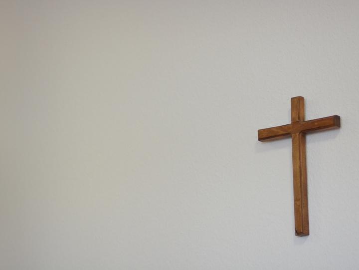 Ein Kreuz hängt an der Wand
