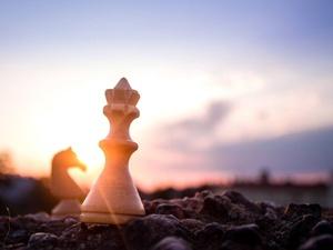 Lichtspiel mit Schachfiguren