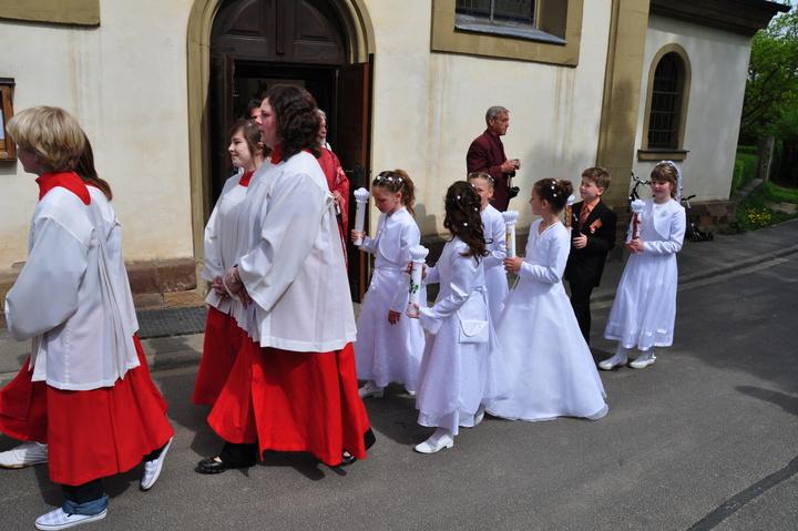Erstkommunionkinder bilden eine Prozession.