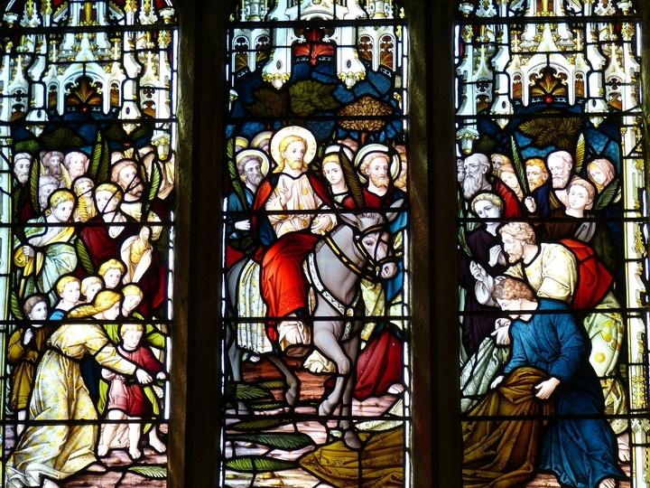 Kirchenfenster mit Jesus auf Esel