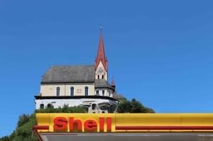 Kirche und Tankstelle