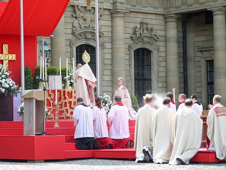 Bischof Dr. Franz Jung feiert in diesem Jahr an Fronleichnam einen Freiluft-Gottesdienst auf dem Residenzplatz. Das Foto entstand bei der Fronleichnamsprozession im Jahr 2019.
