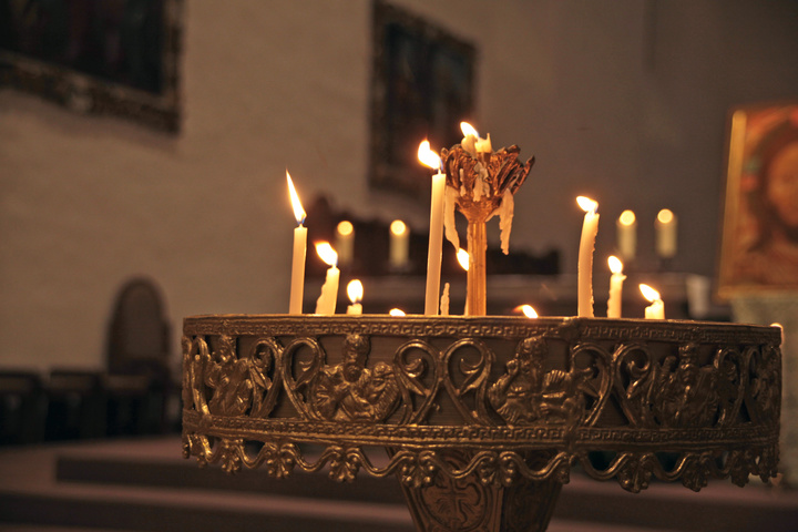 Brennende Kerzen zum Fest Mariä Lichtmess.