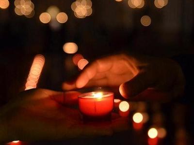 Nightfever Kerze überreichen
