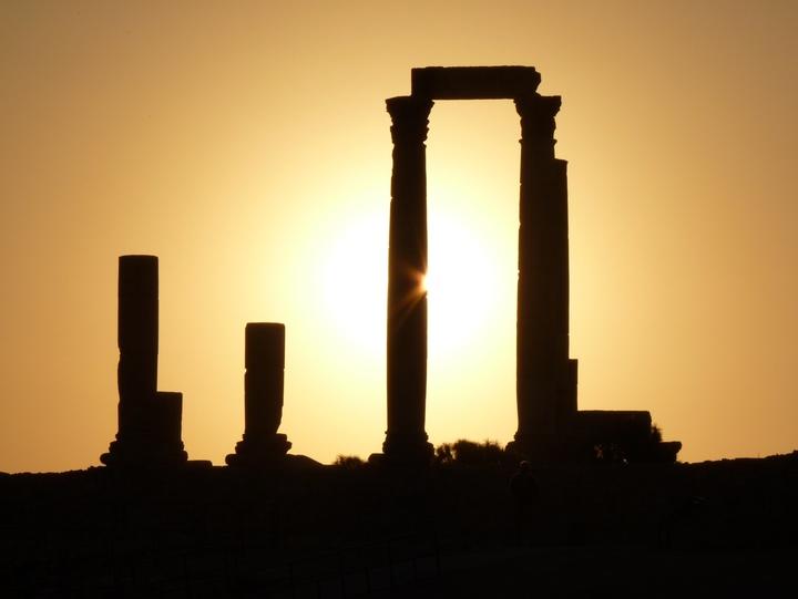 Überreste einer Säulenformation im Sonnenuntergang.