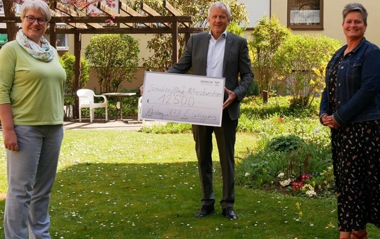 Die Ritaschwestern erhalten die Spende des Rotary Clubs.