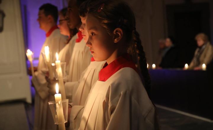 Ministranten mit Kerzen in der Osternacht