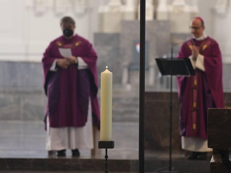 Eine entzündete Kerze als Zeichen der Erinnerung