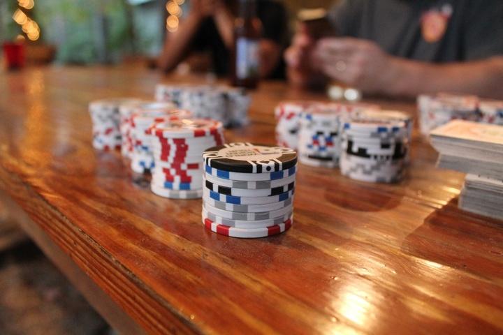 Pokerchips und Spieler
